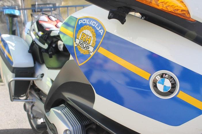 Vozilom nasrnuo na policajca