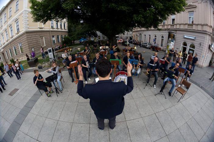 Odličan koncert Limene glazbe Željezničar u sklopu 26. Brodskog glazbenog ljeta