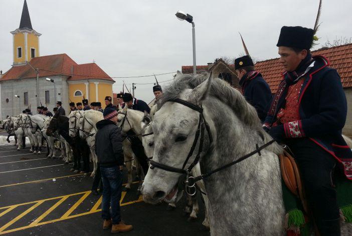 Više od 60 konjanika na gizdavim lipicancima paradiralo oprisavačkim šorovima