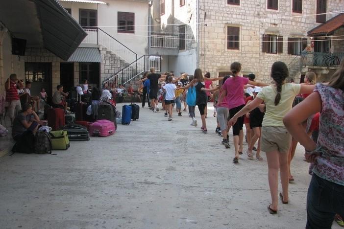 Prva grupa osnovnoškolaca doputovala u brodsko dječje odmaralište u Starom Gradu na otoku Hvaru