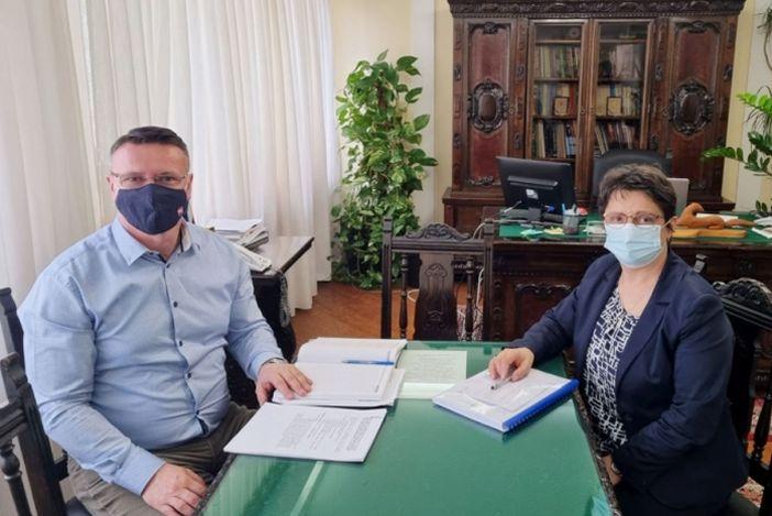 Župan Marušić s ravnateljicom Štrljić o obnovi i opremanju školske kuhinje i izgradnje školske sportske dvorane u Sikirevcima