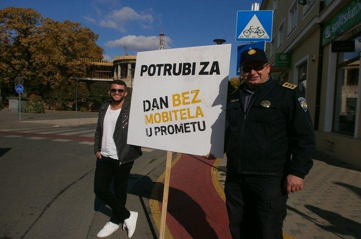 Policijski službenici PU brodsko-posavske podržali  obilježavanje Svjetskog dana bez mobitela u prometu