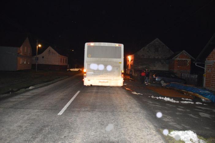 Nepažljivi vozač kotačem autobusa prešao ženskoj osobi preko noge