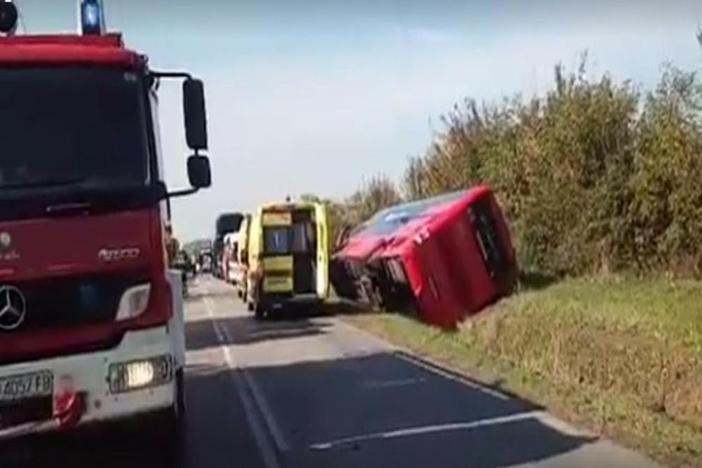 Autobus je prevozio 61 dijete, 8 hospitalizirano nakon nesreće. Poginuo vozač automobila.
