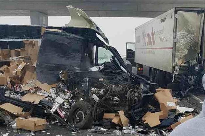 Strava: Šleper 'zdrobio' desnu stranu kombija, vozač preživio