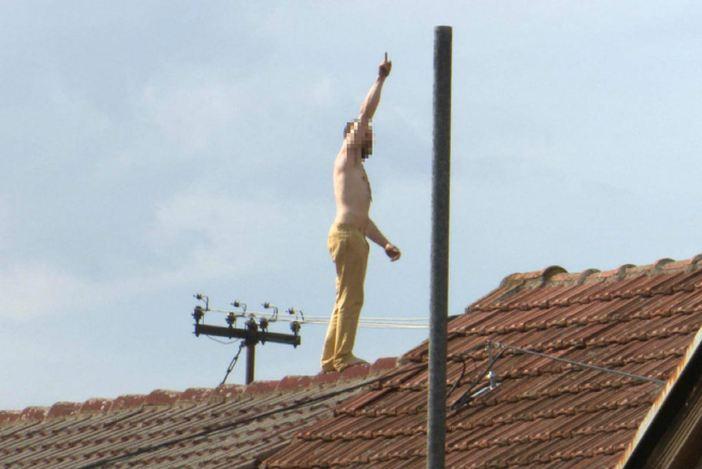 Mladić se polugol popeo na krov kuće i vikao da nikud ne ide