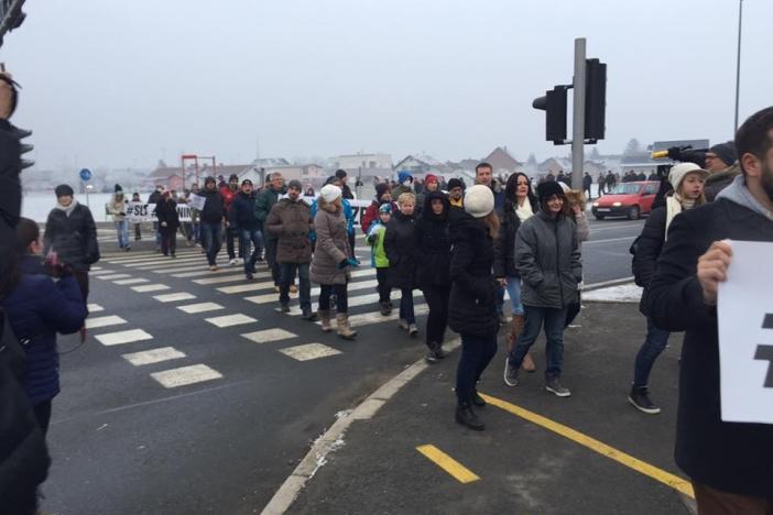 VIDEO: Nekoliko stotina Brođana blokiralo državnu granicu!