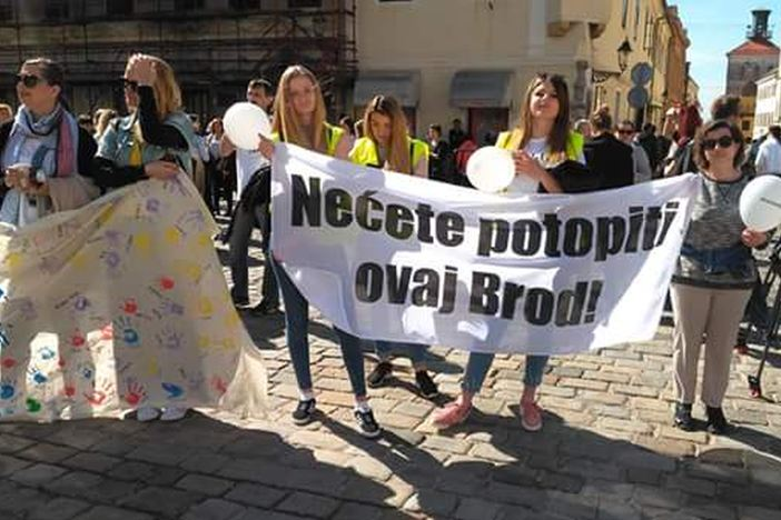 Brođani prosvjeduju za čisti zrak, članovima Vlade putem megafona poručuju: 'Izađite van!'