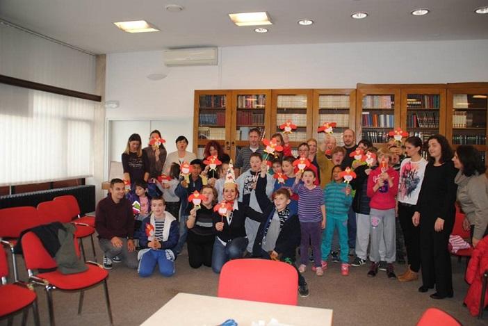 """Učenici O.Š. """"Milan Amruš"""" posjetili Gradsku knjižnicu i uplovili u bajku"""