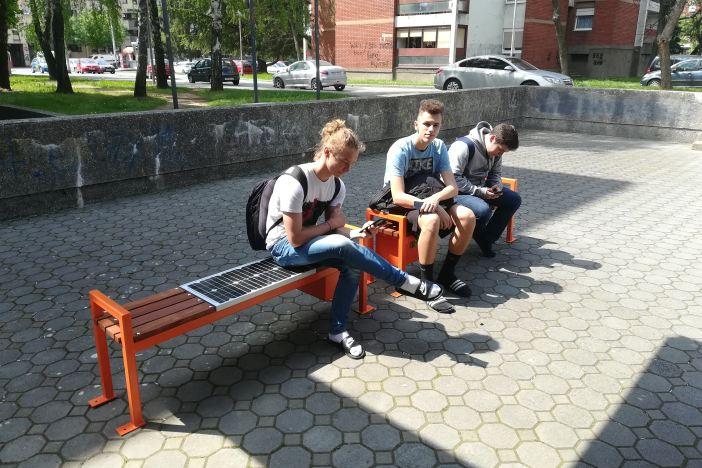 Gimnazija dobila četiri solarne klupe