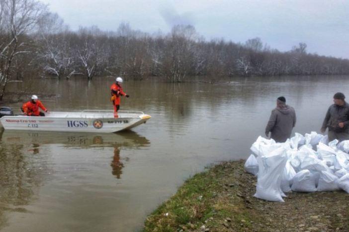 Članovi brodskog HGSS-a sudjeluju u podizanju nasipa u Gređanima