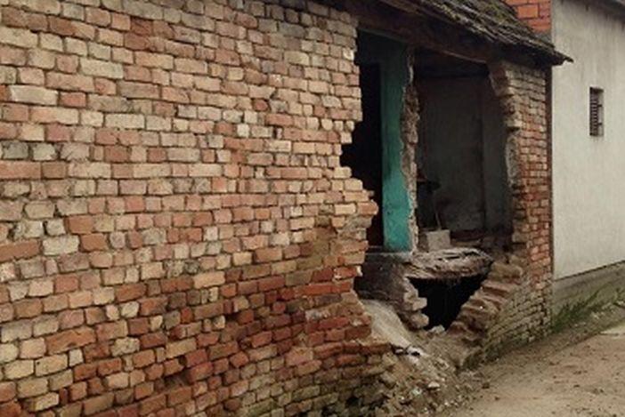 Mladi iz LIMESA pomažu obitelji kojoj se srušio vanjski zid kuće. Uključimo se.