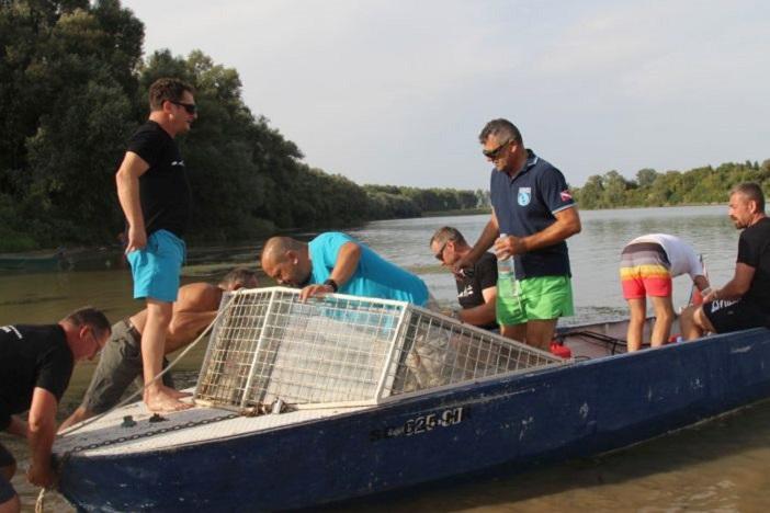 Eko akcija: brodski rionioci očisitli dno rijeke Save kod 'Poloja'