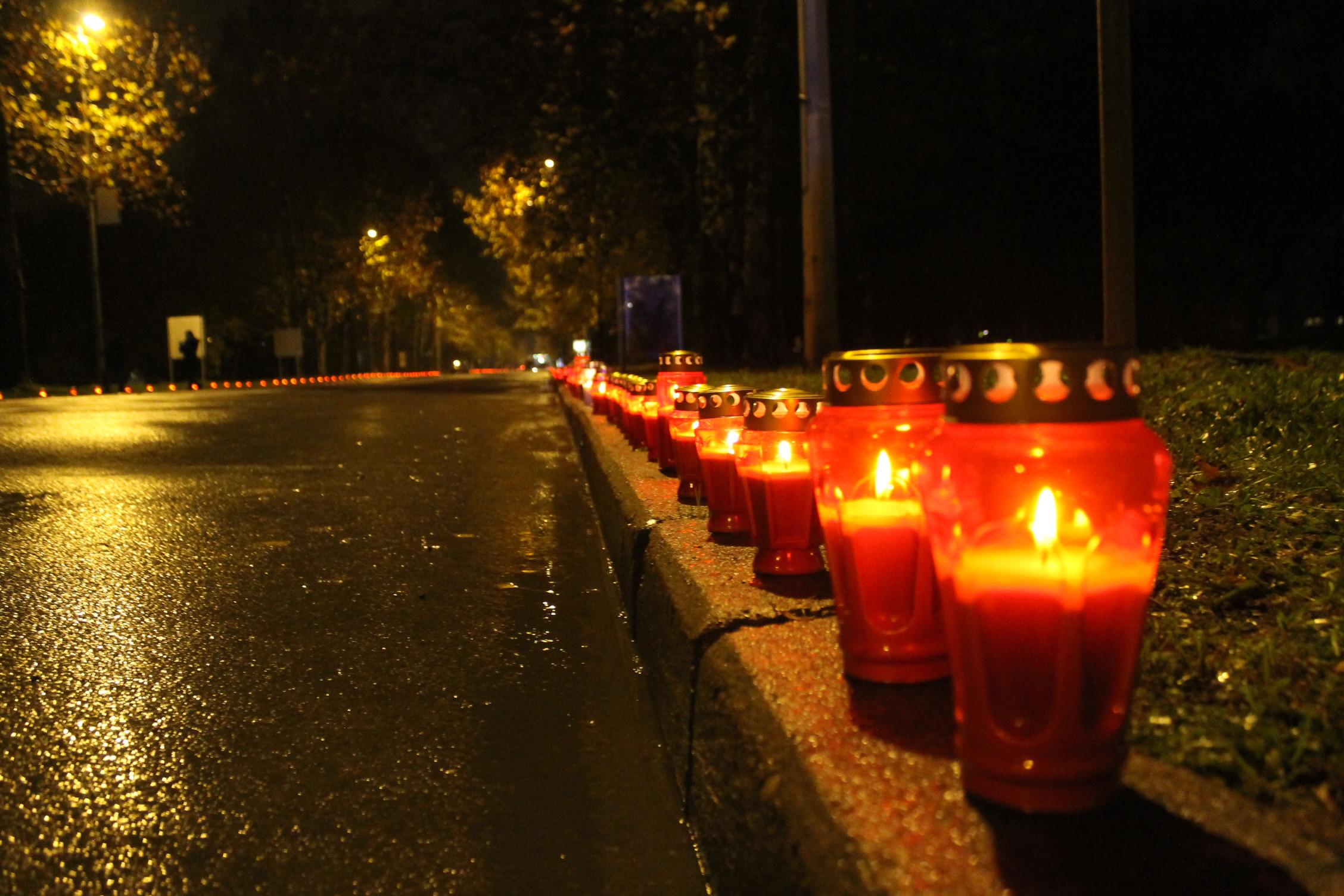 Brojni Brođani zapalili lampione za žrtve grada heroja Vukovara