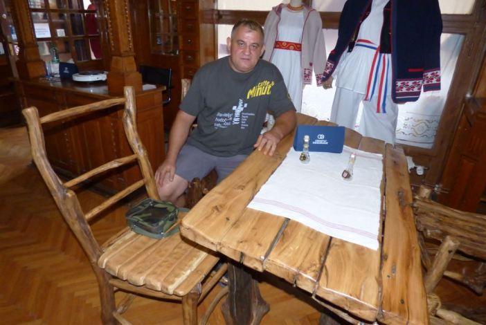 Branitelj Željko Radošić izrađuje atraktivne stolove i stolice
