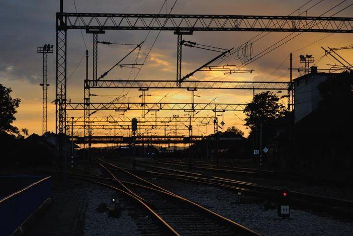 U Donjim Andrijevcima vlak naletio na automobil, jedna osoba smrtno stradala