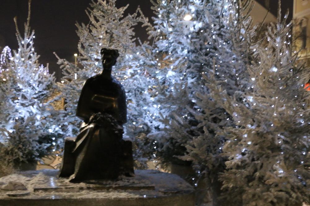 Svečano obilježen početak Adventa i Božićne bajke na središnjem gradskom trgu