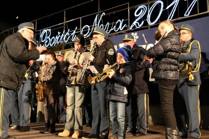 Otvoren 9. Božićni sajam na Trgu Ivane Brlić-Mažuranić