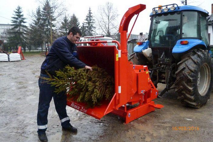 Komunalac odvozi božićna drvca