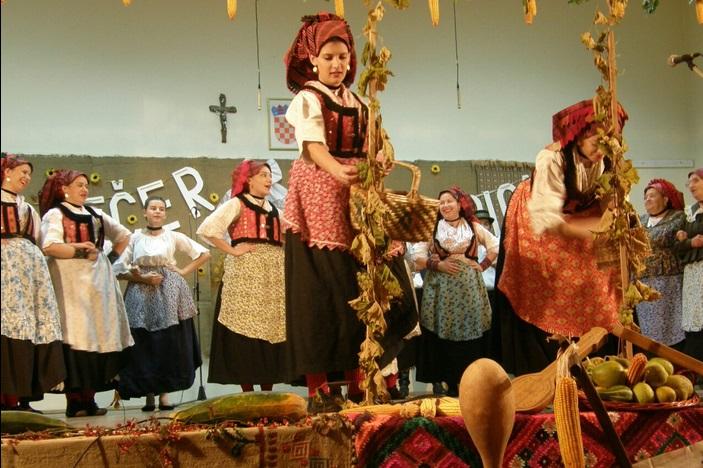 """Održana tradicionalna 27. Večer folklora """"Tamburica i Mandolina"""" u Garčinu"""