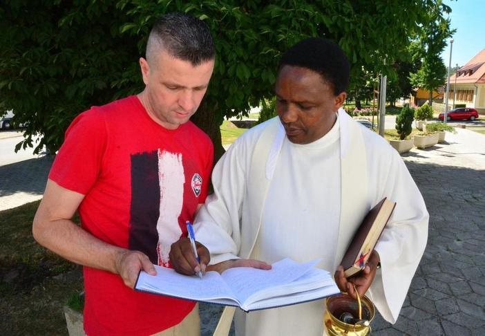 Tanzanijski misionar u Slavonskom Brodu zavolio sarmu i čobanac, a već je i pravi Šokac