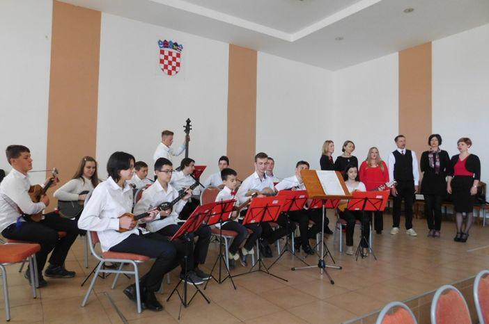 """Brončana plaketa KUD-u """"Tamburica"""" Staro Petrovo Selo na državnoj tamburaškoj smotri"""