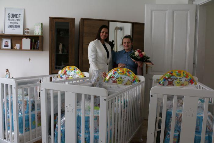 Četiri brodske obitelji dobile opremu za bebu, među njima i obitelj koja očekuje trojke