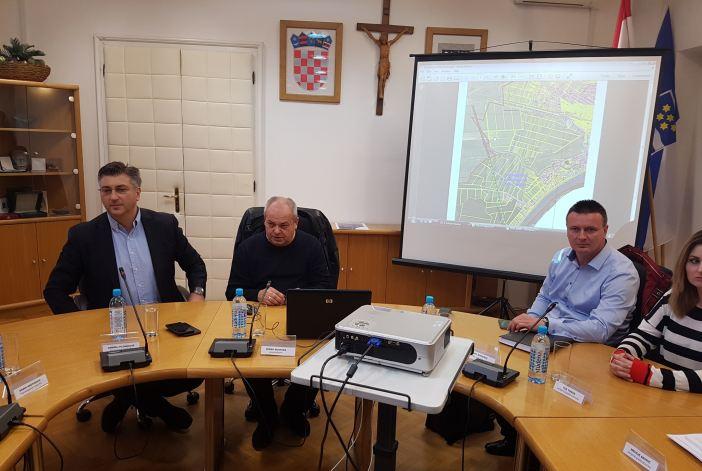 Grad i okolica bit će spojeni na vodocrpilište u Sikirevcima, a do tada dobivati pitku vodu iz državnih robnih zaliha