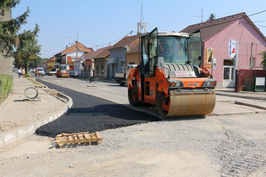 Započelo asfaltiranje kružnog toka na križanju Budakova-Kumičićeva
