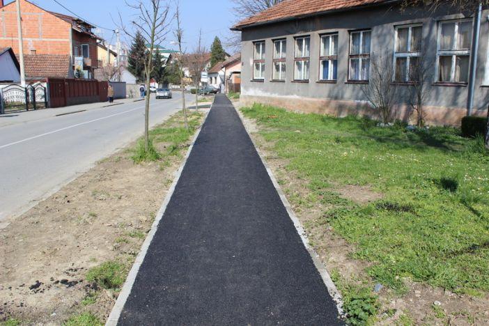 Asfaltirana pješačka staza u Ulici Tome Bakača