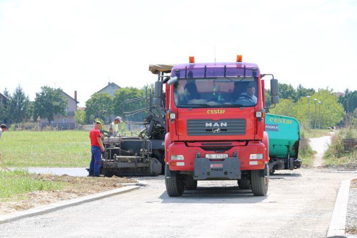 Asfaltirana cesta na spoju Prodanove i Došenove ulice