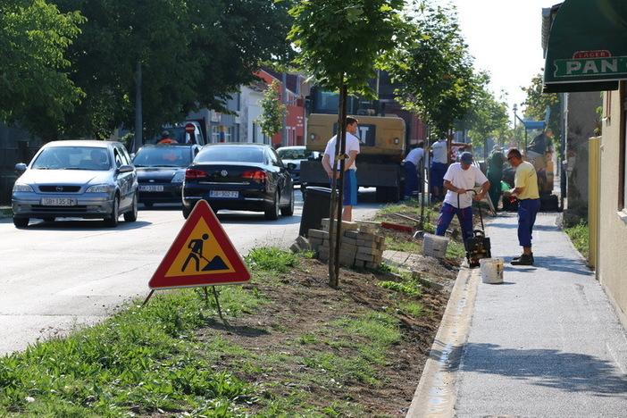 Započelo asfaltiranje pješačke staze u Zagrebačkoj ulici