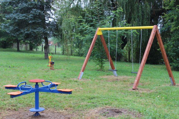 """Postavljeno novo dječje igralište u blizini OŠ """"Blaž Tadijanović"""" u Podvinju"""