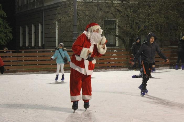 Djed Božičnjak na korzu