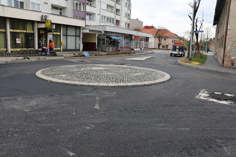 Započeli radovi na asfaltiranju kružnog toka između Zrinske i Kovačićeve ulice