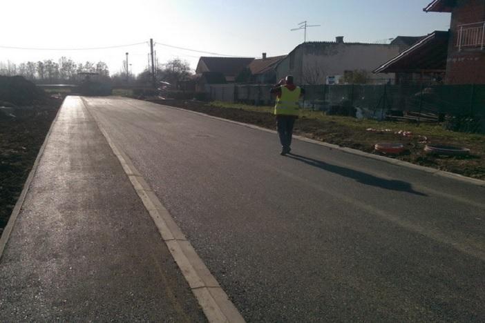 Asfaltirana cesta na spoju Ulice Marijana Lanosovića i Ulice Majke Terezije