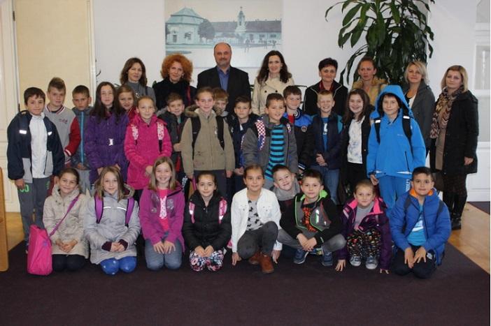 Učenici osnovnih škola iz Brodskog Stupnika i Starog Slatinika posjetili Gradsku upravu