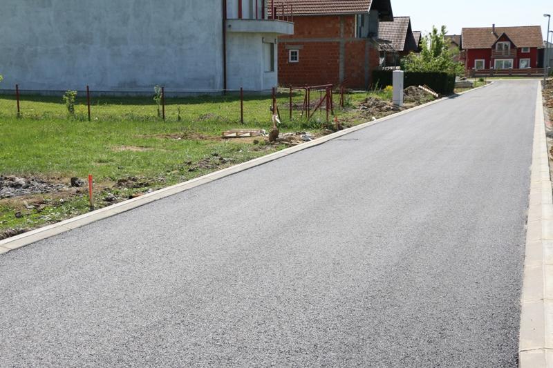 Asfaltirana cesta u Ulici svete Ane