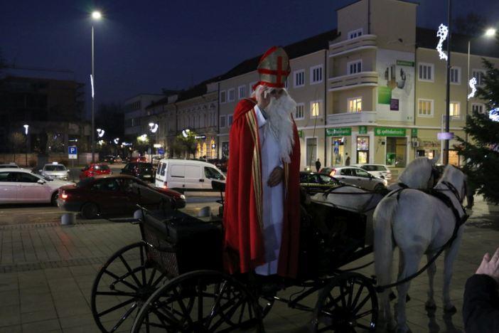 Sveti Nikola darivao mališane na glavnom gradskom trgu