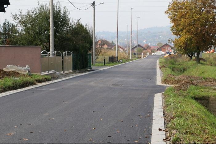 Asfaltirana cesta u Ulici Trešnjica