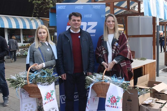 Mladež HDZ-a i ove godine Brođanima darovala maslinove grančice
