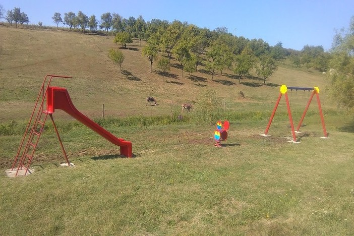 """Provedbom projekta """"Zajedno za klince"""" obnovljeno dječje igralište u Vinogradskoj ulici u Brodskom Stupniku"""