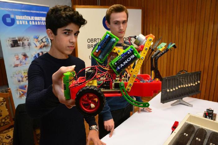 Mladi inovatori iz Nove Gradiške izumili robota koji gasi vatru uz pomoć propelera