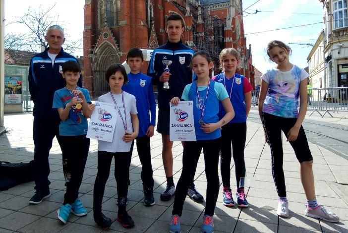 Mladi atletičari Marsonije s osječkog Ferivi polumaratona vratili su se s peharom i pet medalja