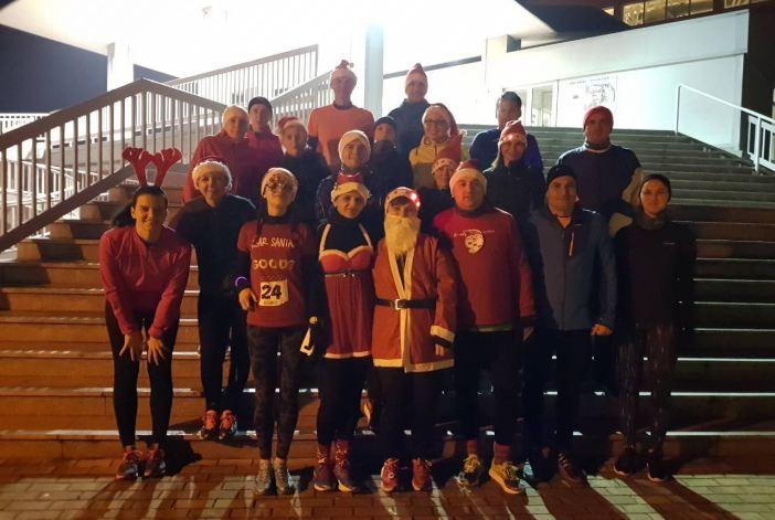 Trkači iz Saucany škole trčanje kroz grad protrčali obučeni u Djed Mrazove