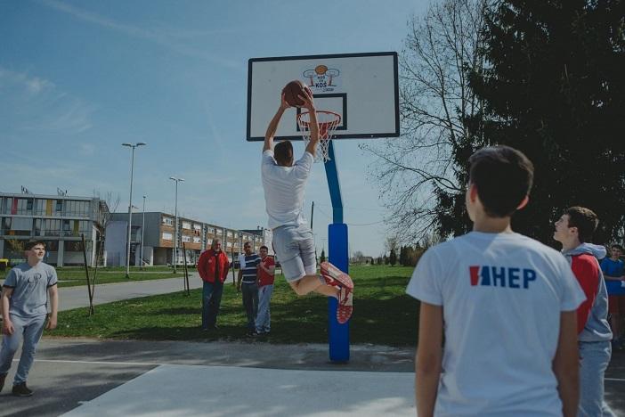 Koš za koš: Stotine djece preuzelo obnovljeno igralište u Slavonskom Brodu