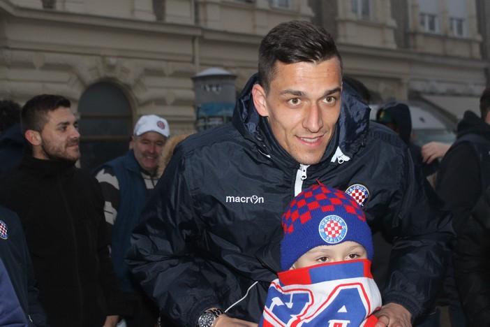 Nogometaši Hajduka družili se s Brođanima na korzu