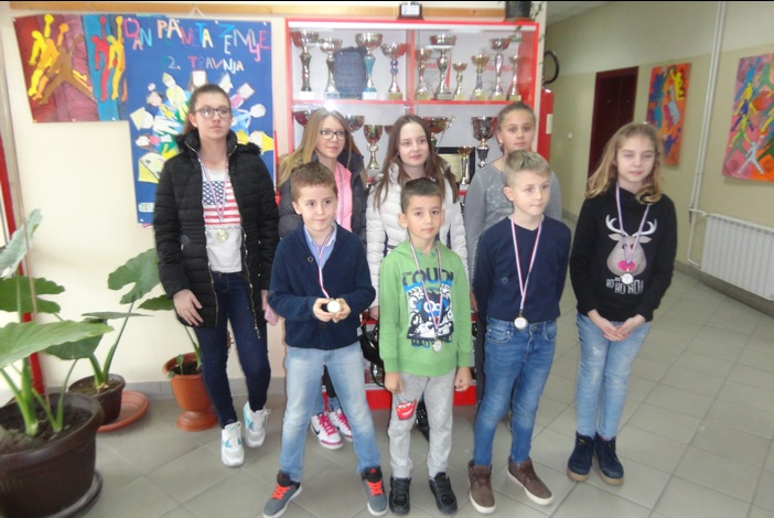 OŠ Ivan Mažuranić (Sibinj) i OŠ Dragutin Tadijanović (S.B.) slavili na školskim natjecanjima u šahu