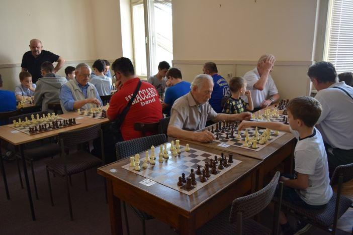 """Mladi i stariji Brođani pokazali svoje znanje u šahu na natjecanju """"Brod 2018"""""""