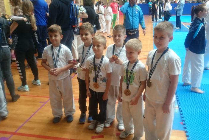 Dvanaest medalja da članove Taekwondo klub Brod na Kondor openu